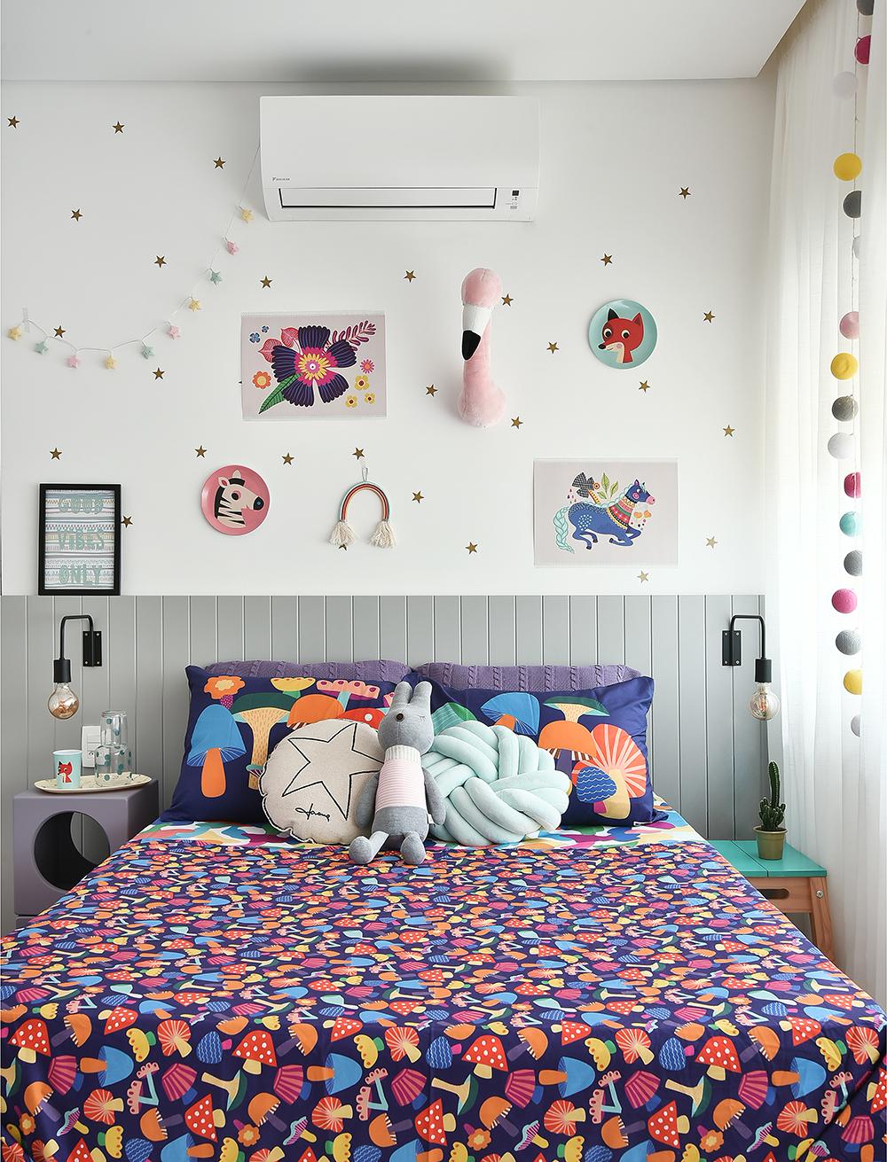 quarto com roupa de cama cogumelos