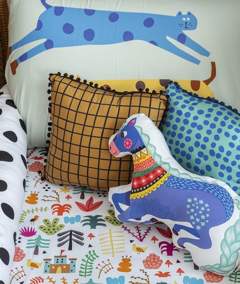 berço de vime e roupa de cama colorida