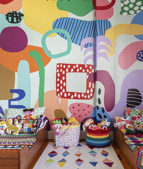 quarto compartilhado com papel de parede colorido