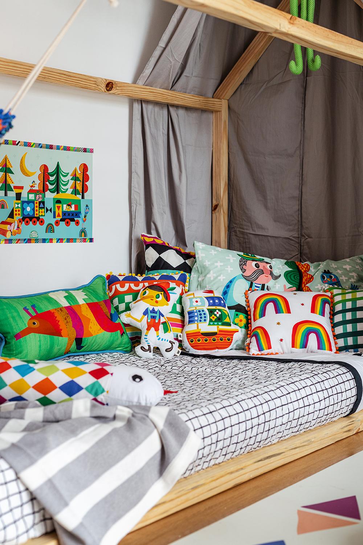 cama casinha com colcha matelassada preto e branco