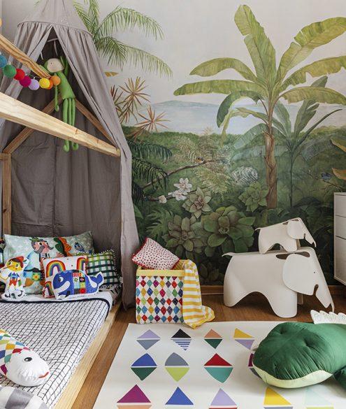 quarto infantil com cama casinha e tapete estampado