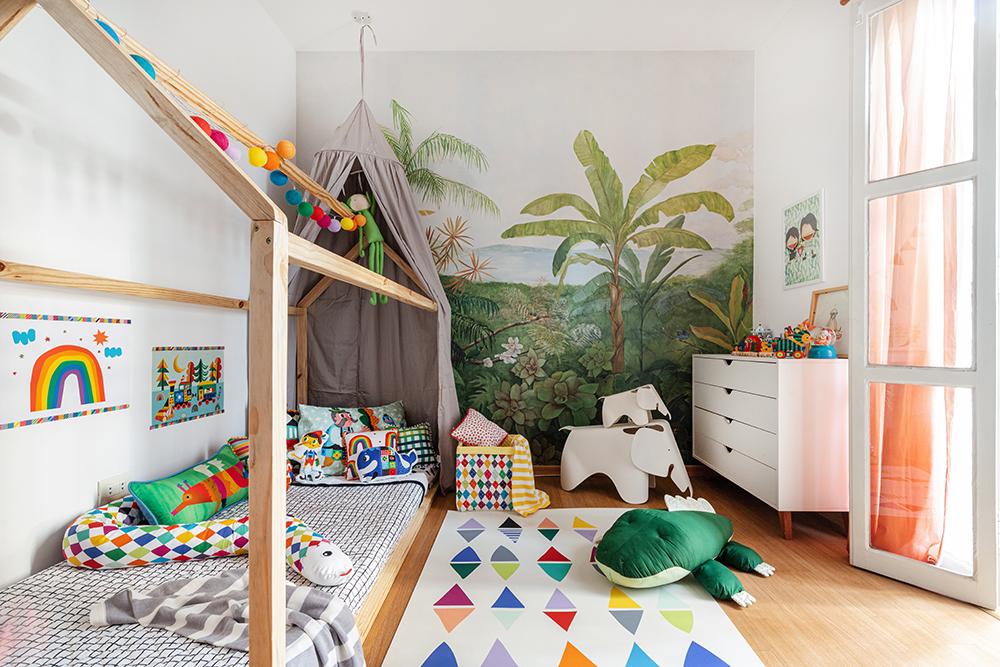 quarto infantil com cama casinha e tenda cinza e papel de parede