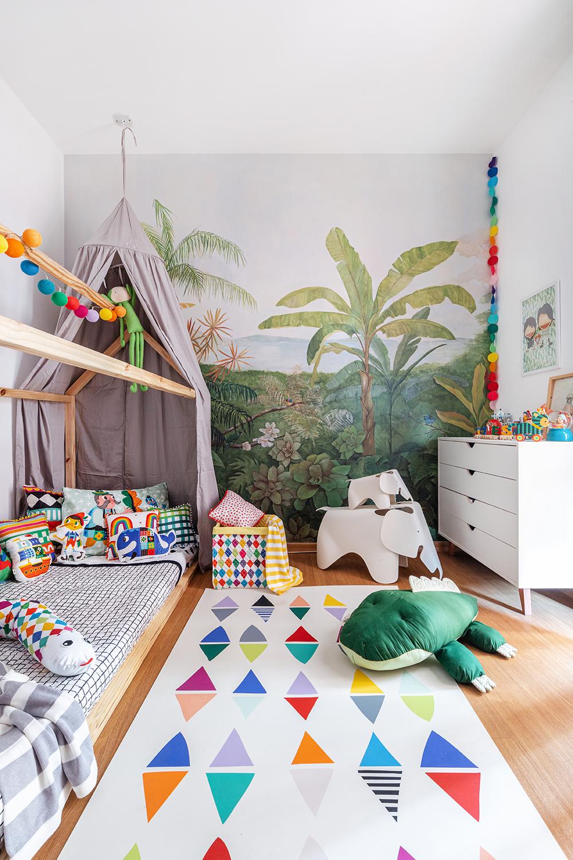 quarto infantil com cama casinha e tenda cinza