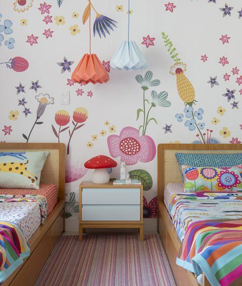 quarto compartilhado infantil colorido com papel de parede