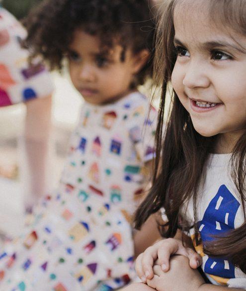 criança com roupa estampada sorrindo