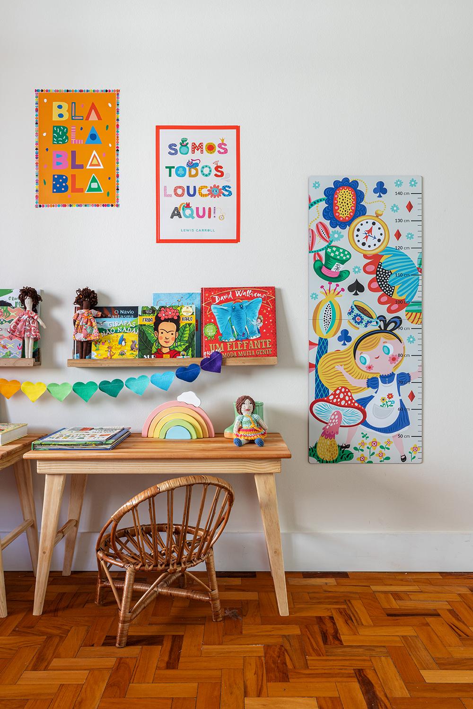 quarto infantil com régua de altura