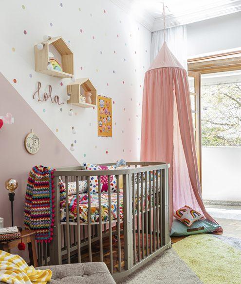 quarto de bebê com roupa de cama estampada