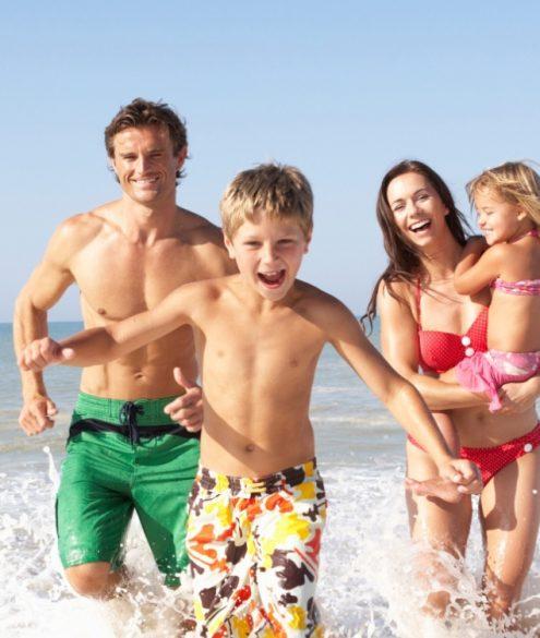 família brincando no mar