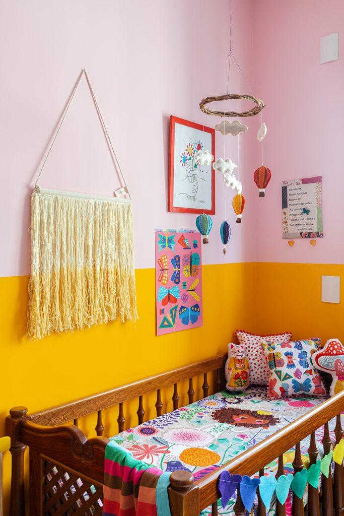 quarto do bebê com cores vibrantes