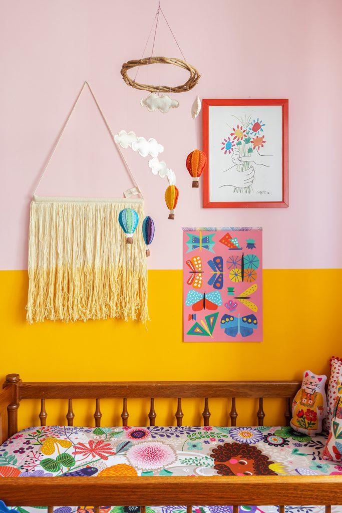 rosa e amarelo no quarto do bebê
