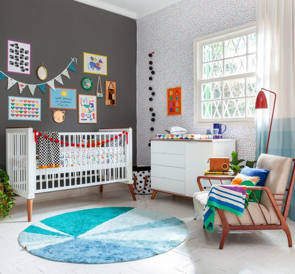 quarto com pontos de azul para o bebê