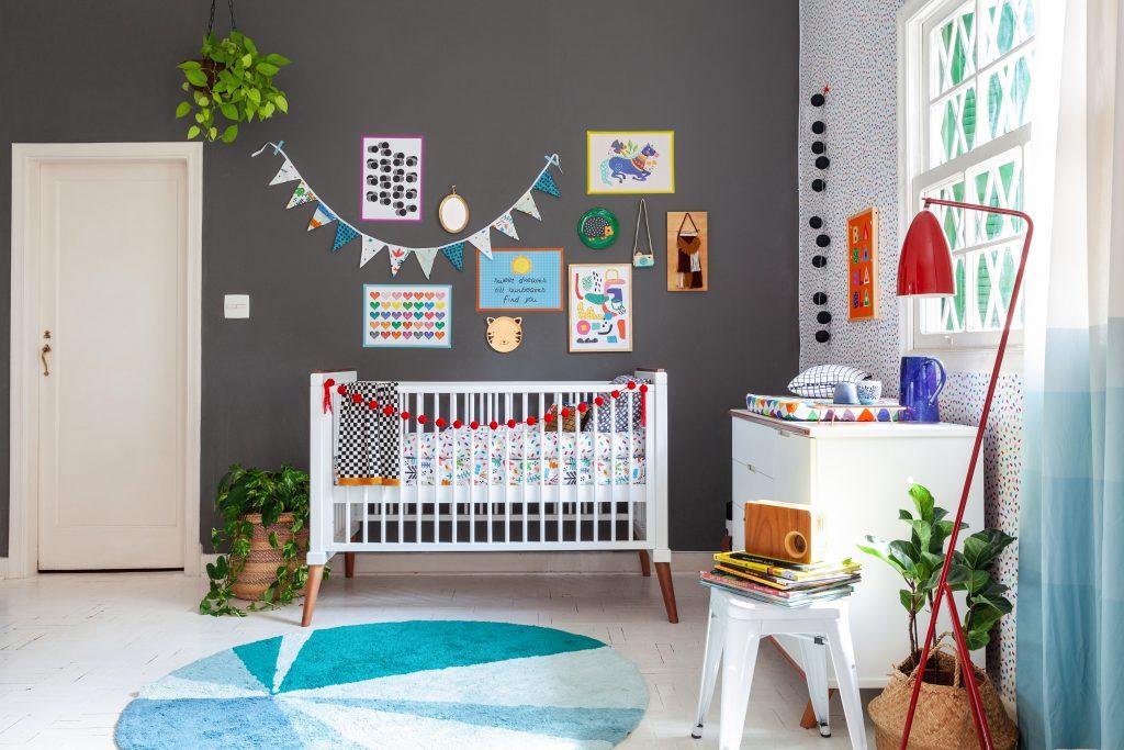 parede escura no quarto do bebê