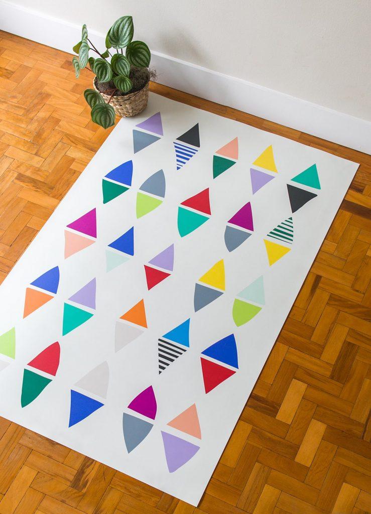 presente para recém-nascido: tapete playmat com estampa colorida de triângulos