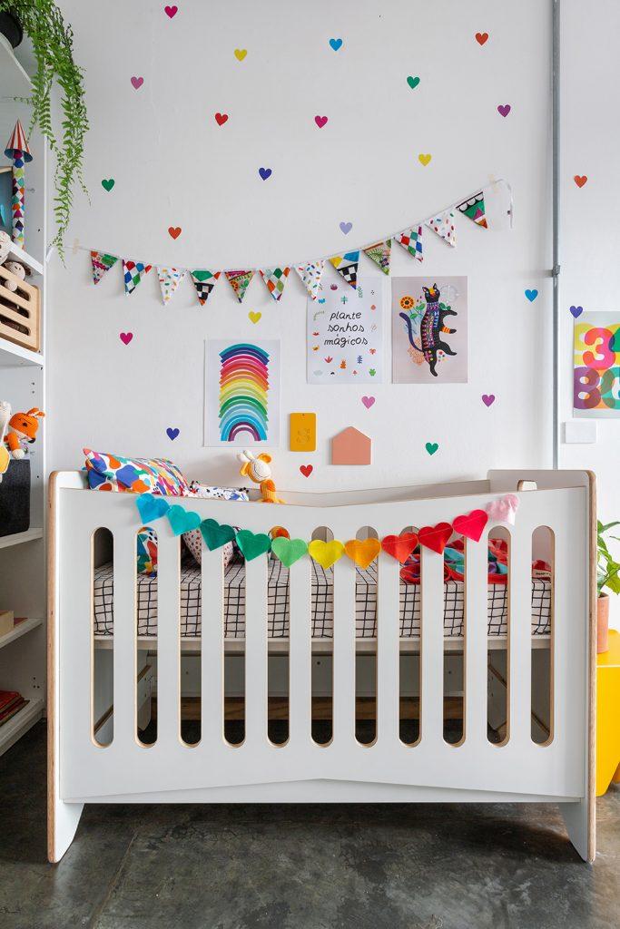 adesivo para quarto de bebê corações coloridos pequenos