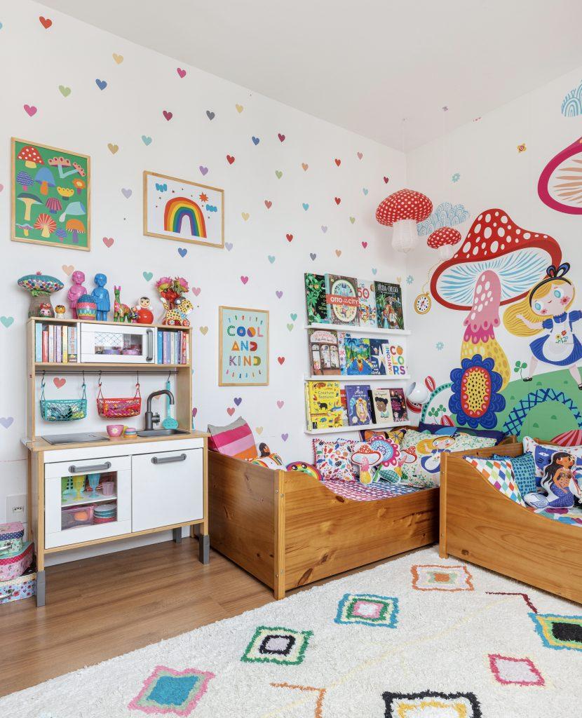 quarto de bebê com adesivos de coração colorido na parede
