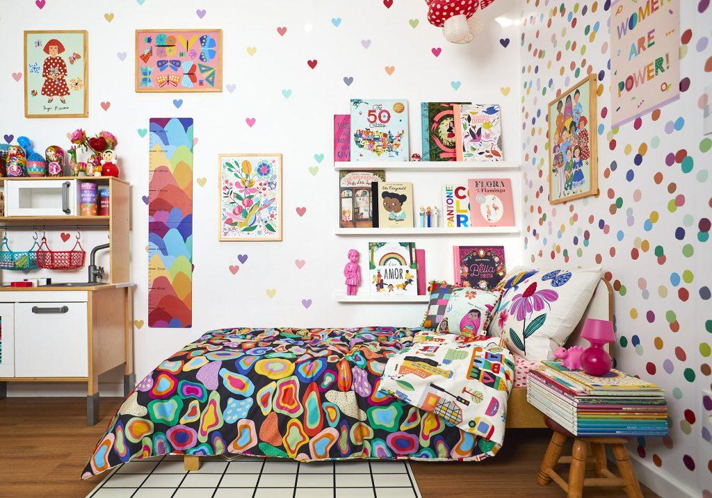 quarto de menina e menino juntos com papel de parede